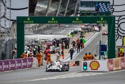 #18 Porsche Team Porsche 919 Hybrid : Romain Dumas, Neel Jani, Marc Lieb aux stands durant le tour de reconnaissance