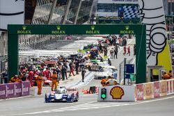 #27 SMP Racing, BR01: Maurizio Mediani, David Markosov, Nicolas Minassian in den Boxen, nach der Ins
