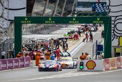#72 SMP Racing, Ferrari 458 GTE: Andrea Bertolini, Viktor Shaitar, Alexey Basov in der Box nach der