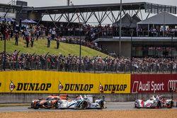 Start: #26 G-Drive Racing Ligier JS P2: Roman Rusinov, Julien Canal, Sam Bird and #41 Greaves Motorsport Gibson 015S: Gary Hirsch, Gaëtan Paletou, Jon Lancaster battle