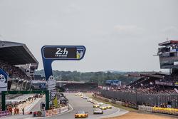 Start: #99 Aston Martin Racing V8 Aston Martin Vantage GTE: Fernando Rees, Alex MacDowall, Richie St