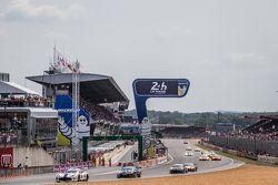 Start: #53 Riley Motorsports Dodge Viper GTS-R: Ben Keating, Jeroen Bleekemolen, Marc Miller