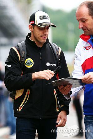 Pastor Maldonado, Lotus F1 Team, firma cosas para los aficionados.
