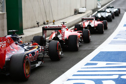 Nico Rosberg, Mercedes AMG F1 W06; Lewis Hamilton, Mercedes AMG F1 W06; Sebastian Vettel, Ferrari SF15-T; Kimi Raikkonen, Ferrari SF15-T; en Max Verstappen, Scuderia Toro Rosso STR10 in de pitlane