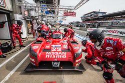 Arrêt aux stands pour la #23 Nissan Motorsports Nissan GT-R LM NISMO : Olivier Pla, Jann Mardenborough, Max Chilton