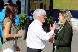 Fabiana Flosi, con su esposo, Bernie Ecclestone, y Rafaela Bassi, esposa de Felipe Massa, Williams