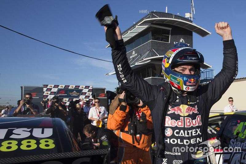 Juara balapan Craig Lowndes, Triple Eight Race Engineering Holden merayakans his 100th win