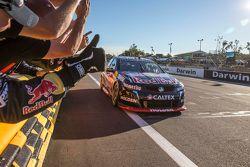 Il vincitore Craig Lowndes, Triple Eight Race Engineering Holden festeggia le sue 100 vittorie