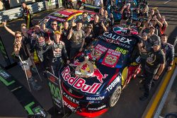 Ganador de la Carrera Craig Lowndes, Triple Eight Race Engineering Holden celebra su victoria número