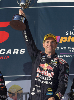 Переможець гонки Крейг Лоундс, Triple Eight Race Engineering Holden святкує his 100th win