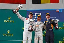 Podio: ganador de la carrera Stoffel Vandoorne, ART Grand Prix, el segundo lugar Sergey Sirotkin, Ra