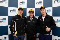Ganador de la Carrera Stoffel Vandoorne, ART Grand Prix, el segundo lugar Sergey Sirotkin, Rapax, el