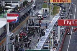 De safety car voert het veld aan in de pitstraat