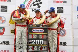 Podio: ganadores de la carrera Klaus Abbelen, Patrick Huisman, Sabine Schmitz, Frikadelli Racing Team
