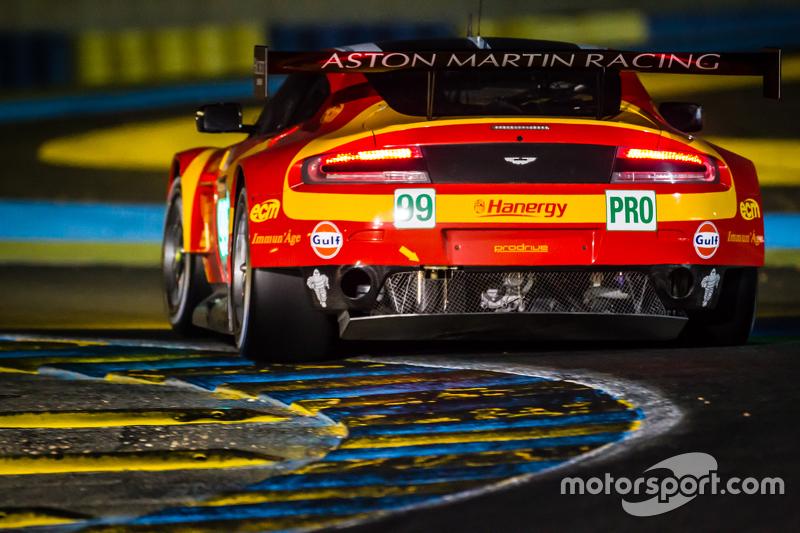 2015 год. Экипаж Фернандо Рееса, Алекса Макдауэлла и Ричи Стэнэвея, Aston Martin V8 Vantage GTE