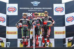 Podium: segundo lugar, Jonathan Rea, Kawasaki, el ganador, Tom Sykes, Kawasaki y el tercer lugar, Ch