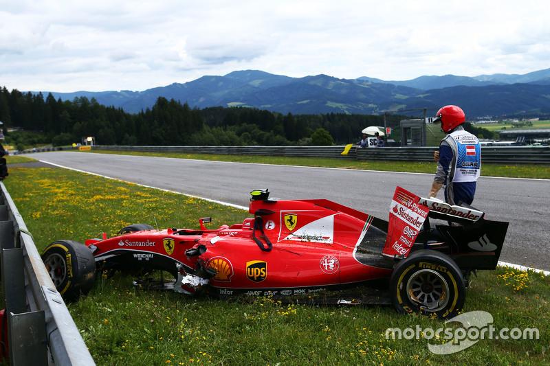 El dañado Ferrari SF15-T de Kimi Raikkonen, de Ferrari