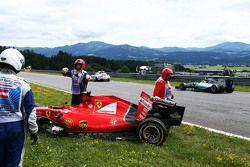 Nico Rosberg, de Mercedes AMG F1 W06 pasa al dañado Ferrari SF15-T de Kimi Raikkonen, de Ferrari