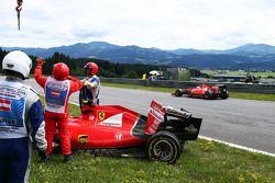 سيباستيان فيتيل، فيراري أس.أف15-تي يمر من أمام سيارة زميله بالفريق كيمي رايكونن، فيراري أس.أف15-تي ا