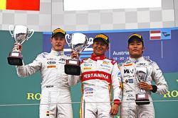 Pódio: vencedor Rio Haryanto, segundo Stoffel Vandoorne, erceiro Nobuharu Matsushita