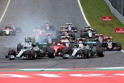 Старт гонки - Нико Росберг, Mercedes AMG F1 Team и Льюис Хэмилтон, Mercedes AMG F1 Team