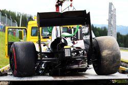 De beschadigde McLaren MP4-30 van Fernando Alonso, McLaren