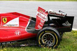 De beschadigde Ferrari SF15-T van Kimi Raikkonen, Ferrari