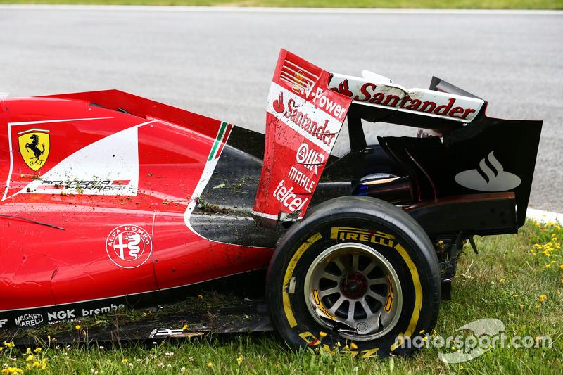 El dañado Ferrari SF15-T Retirado de la carrera de Kimi Raikkonen, de Ferrari