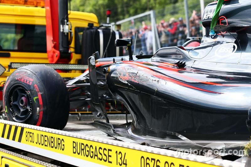 El McLaren MP4-30 dañado de Fernando Alonso, McLaren