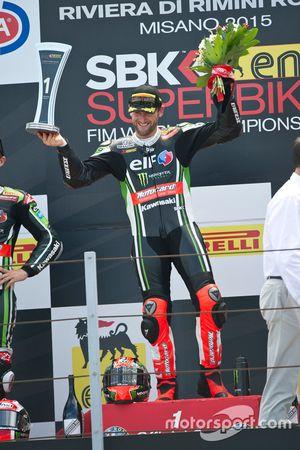 Le vainqueur, Tom Sykes, Kawasaki sur le podium