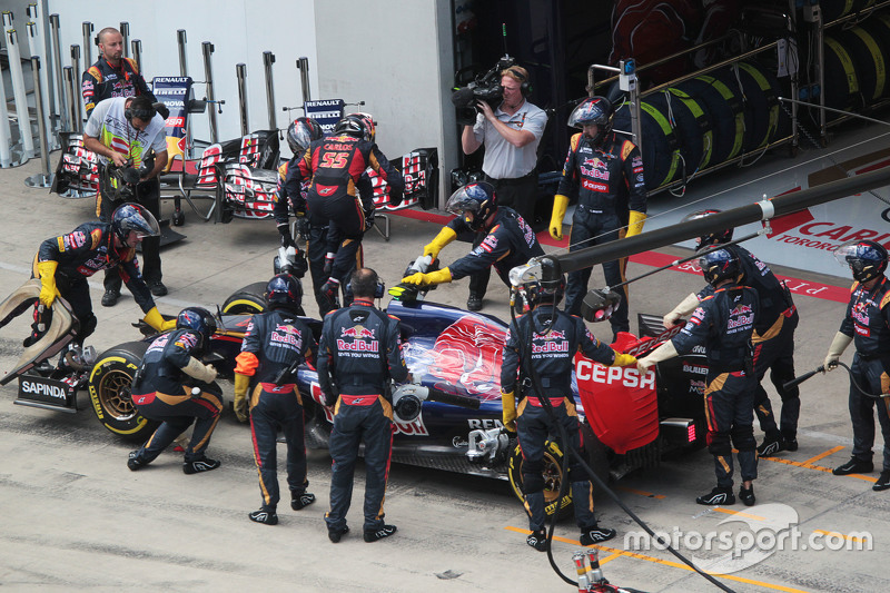 Carlos Sainz jr., Scuderia Toro Rosso STR10, gibt das Rennen in der Box auf