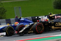 Пастор Мальдонадо, Lotus F1 E23 и Фелипе Наср, Sauber C34 - борьба за позицию