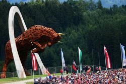 La scultura di ferro Red Bull