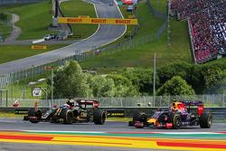 (Da sinistra a destra): Romain Grosjean, Lotus F1 E23 e Daniil Kvyat, Red Bull Racing RB11 lottano p