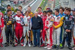 Jean Todt, presidente de la FIA con los pilotos de la Fórmula 3 del Campeonato de Europa