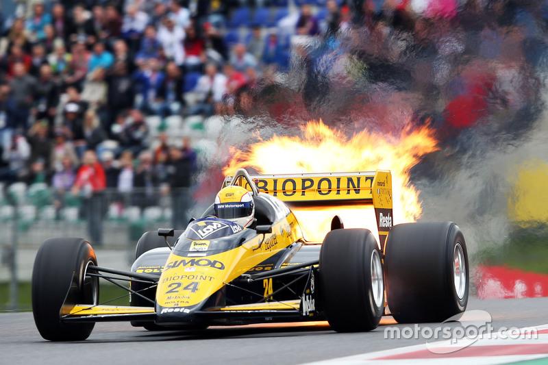 Pierluigi Martini, en el M186-01 Minardi en el desfile de leyendas sufre un incendio