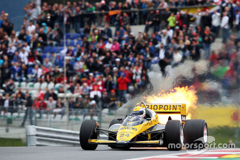 Pierluigi Martini, Minardi M186-01 içinde Efsaneler Geçit Töreni'nde ateşler saçarak ilerliyor