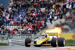 Пьерлуиджи Мартини за рулем Minardi M186-01 на параде легенд с пламенем из выхлопной трубы