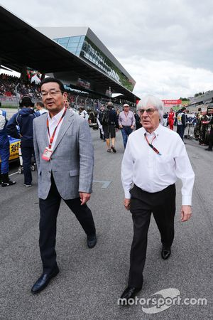 Берни Экклстоун и Такахиро Хатиго, генеральный директор Honda на стартовой решетке