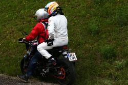 Сошедший с гонки Фернандо Алонсо, McLaren возвращается в гаражи на мотоцикле