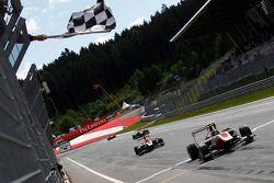 Marvin Kirchhofer, ART Grand Prix en Esteban Ocon, ART Grand Prix passeren de finish