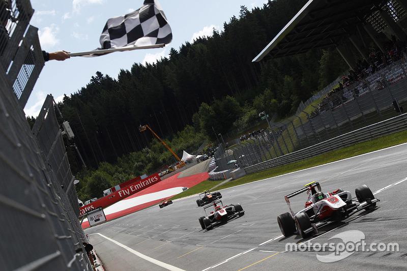 Marvin Kirchhofer, ART Grand Prix et Esteban Ocon, ART Grand Prix passent la ligne à l'arrivée