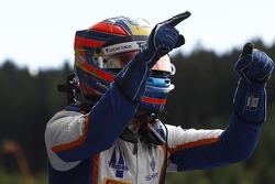 Racewinnaar Oscar Tunjo, Trident viert zijn overwinning in Parc Ferme