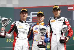 Racewinnaar Oscar Tunjo, Trident en tweede plaats Marvin Kirchhofer, ART Grand Prix en derde plaats