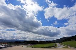 Marcus Ericsson, Sauber C34 davanti a Carlos Sainz Jr., Scuderia Toro Rosso STR10