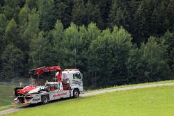 La monoposto di Will Stevens, Manor F1 Team, è riportata ai box da un camion