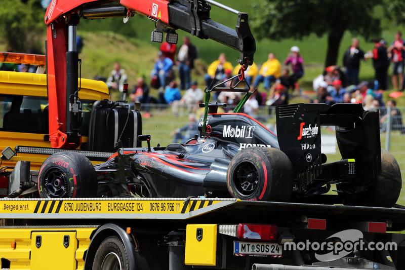 El McLaren MP4-30 de Fernando Alonso, McLaren es Llevado a boxes en la parte posterior de un camión