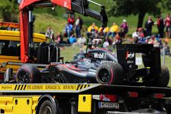 La McLaren MP4-30 di Fernando Alonso, McLaren torna ai box sul retro del traspotatore dopo il ritiro dalla gara