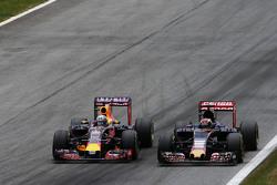Daniel Ricciardo, Red Bull Racing RB11, und Max Verstappen, Scuderia Toro Rosso STR10, im Zweikampf