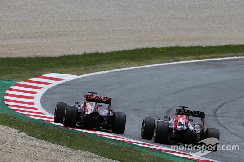 Max Verstappen, Scuderia Toro Rosso STR10 ve Daniel Ricciardo, Red Bull Racing RB11 pozisyon için mü